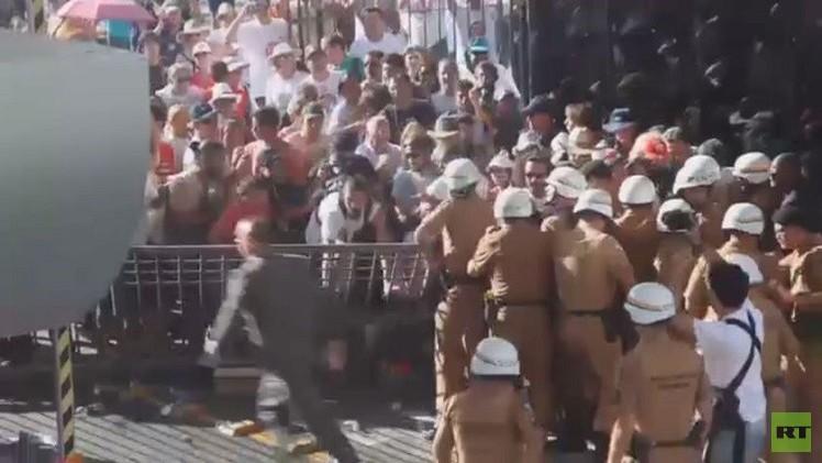 بالفيديو من البرازيل.. آلاف المعلمين والطلبة يهاجمون مبني المجلس التشريعي