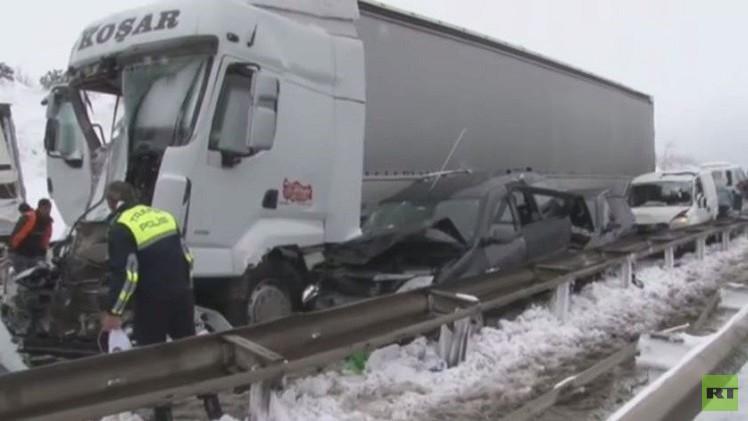 مقتل شخص وإصابة 10 في حوادث بسبب تساقط الثلوج (فيديو)