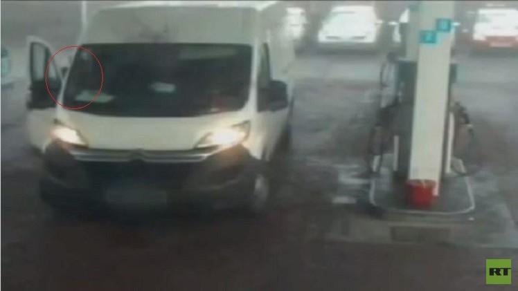 بالفيديو من المملكة المتحدة.. لص يسرق سيارة أمام مالكها في محطة الوقود