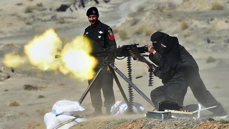 فريق من الشرطة النسائية يتدرب على اطلاق نيران كثيفة من مدافع ثقيلة في مدينة ناوشيرا، 11 فبراير/شباط