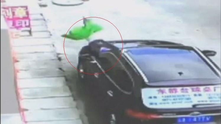 بالفيديو.. طفل في الثالثة من العمر يبقى سالما بعد السقوط من الطابق الثالث