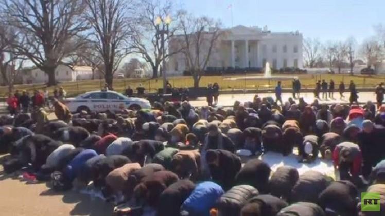 بالفيديو.. صلاة الجمعة أمام البيت الأبيض