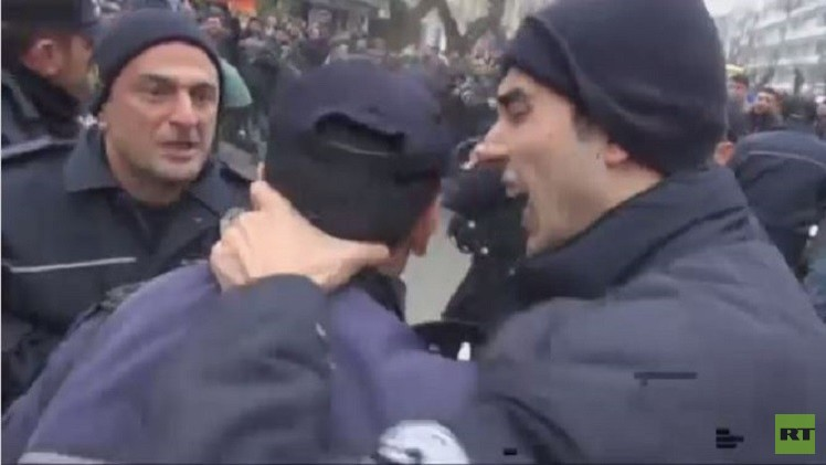 بالفيديو..قائد في الشرطة التركية يضرب مرؤوسه
