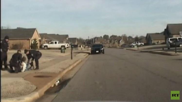 بالفيديو..شرطي أمريكي يعتدي على رجل هندي