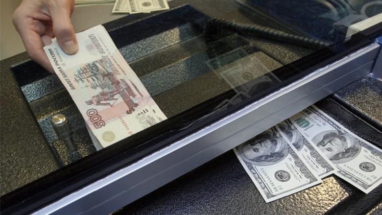 الروبل يتراجع أمام الدولار بشكل طفيف بعد تراجع أسعار النفط