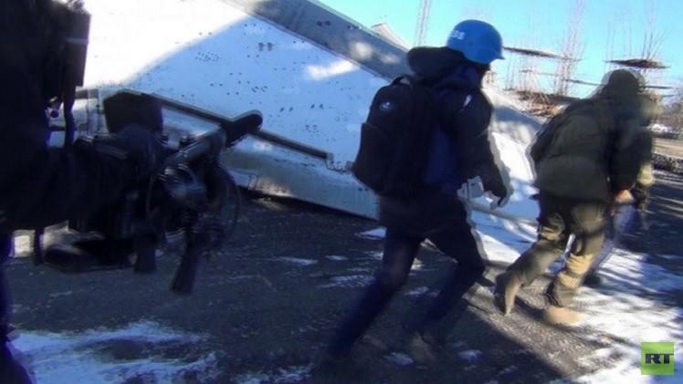 تعرض فريق RT الصحفي لإطلاق نار كثيف قرب مطار دونيتسك شرق أوكرانيا