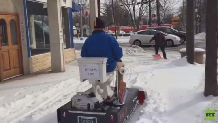 بالفيديو.. استخدام المرحاض في إزالة الثلوج في الولايات المتحدة