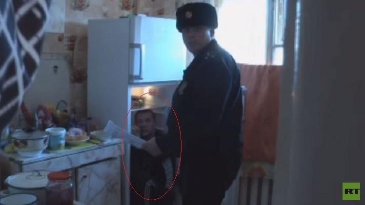 بالفيديو.. القبض على متهم داخل ثلاجة والدته