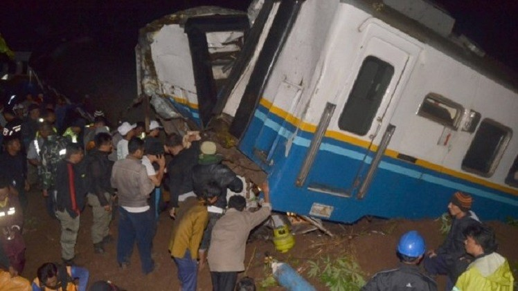 إندونيسيا.. مصرع 16 وجرح نحو 50 إثر انقلاب حافلة ركاب