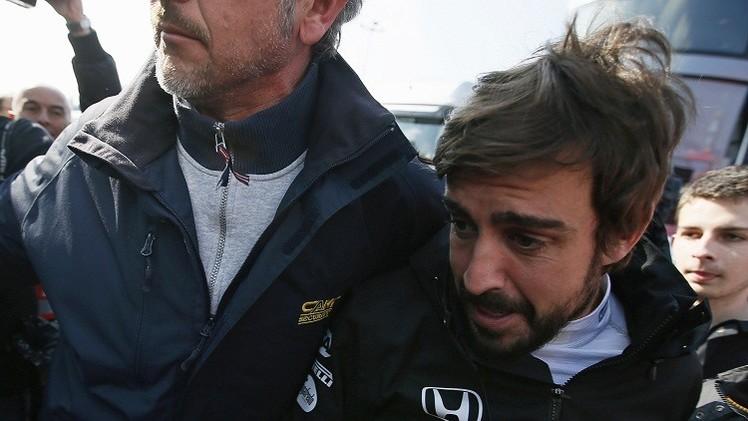 ألونسو يتعرض لتصادم شديد في برشلونة