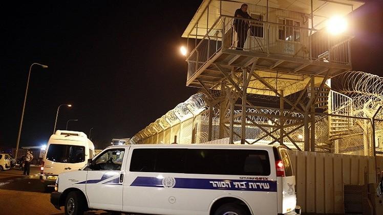 معتقل فلسطيني يطعن ضابطا إسرائيليا في سجن