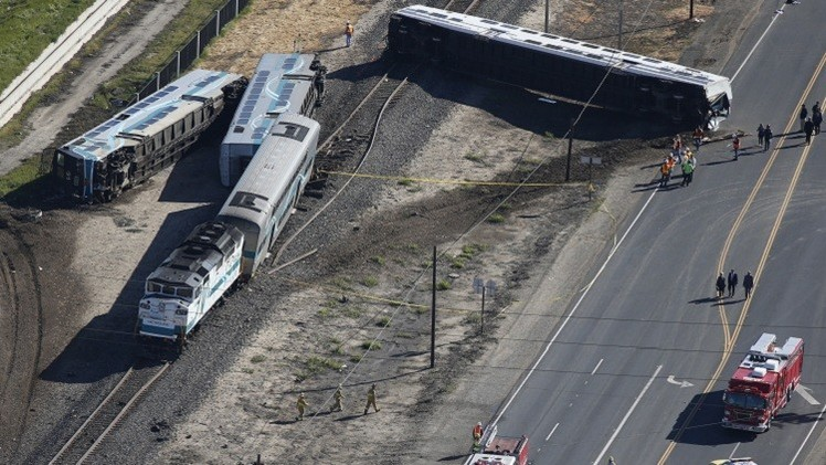 عشرات الجرحى في حادث تصادم شاحنة مع قطار في كاليفورنيا