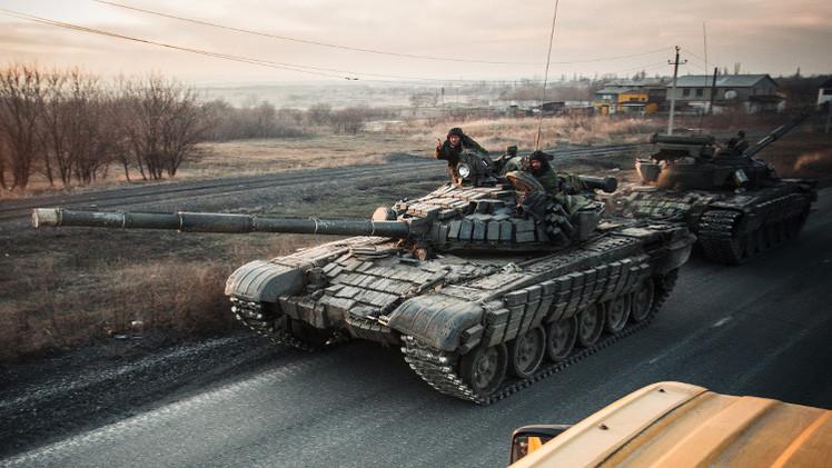 كييف: العسكريون الأوكرانيون باشروا بسحب الأسلحة الثقيلة