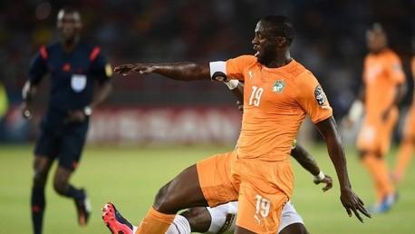 لاعب خط وسط ساحل العاج يايا توري ضد لاعب وسط غانا أفري أكوا في كأس أفريقيا 2015