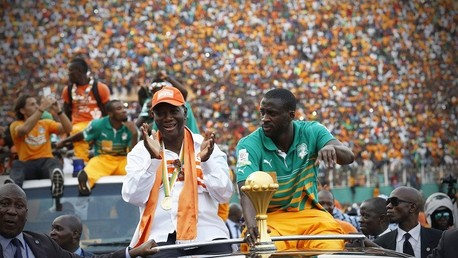 قائد المنتخب الإيفواري النجم يايا توريه على حافلة في أبيداج يحتفل بلقب بطولة أمم افريقا