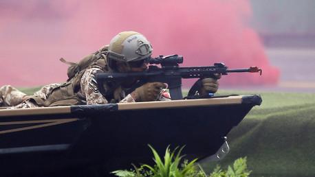 عنصر من القوات المسلحة الإماراتية خلال افتتاح المعرض