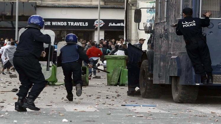 إصابة 40 شرطيا في مواجهات الشرطة الجزائرية مع محتجين