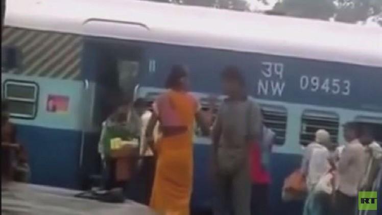 بالفيديو من الهند.. امرأة تطرح متحرشا بها أرضا