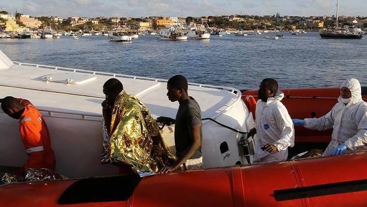 مصرع 10 مهاجرين بحادث غرق سفينة قبالة السواحل الإيطالية