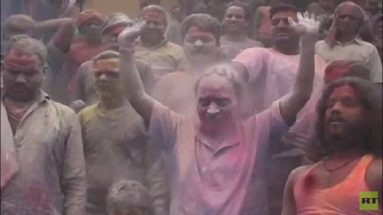 بالفيديو من الهند.. المشاركون في احتفالات هولي يلقون برماد الموتى فوق رؤوسهم