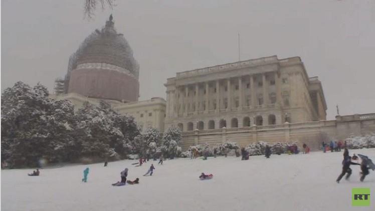 بالفيديو من واشنطن.. احتجاجات التزلج على الثلوج رغم الحظر