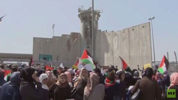 إسرائيل تقمع مظاهرة نسائية أمام حاجز قلنديا