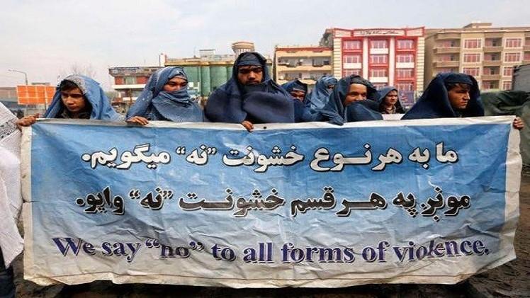 رجال أفغان يرتدون النقاب تضامنا مع المرأة (فيديو)