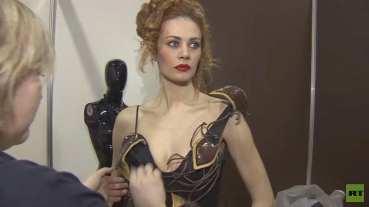 أزياء من الشوكولا تذوب في الفم وتكسو أجساد الحسناوات (فيديو)