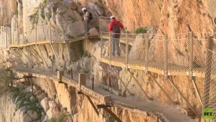 نزهة عبر أخطر ممر جبلي (فيديو)