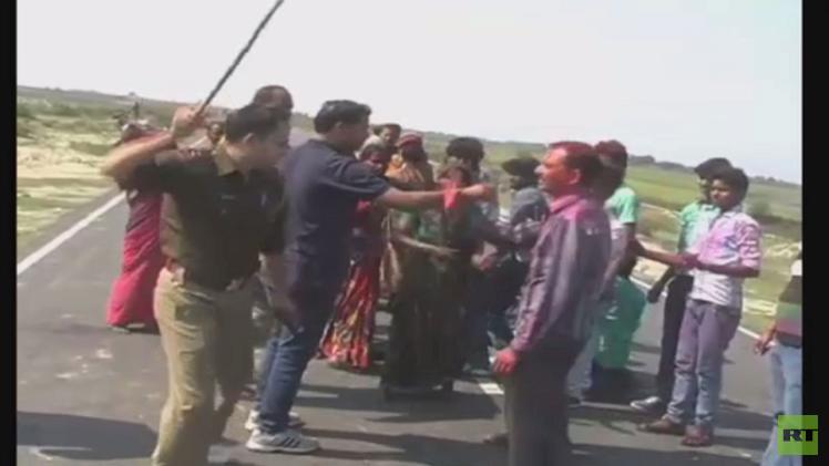 الهند.. الشرطة تفرق بالهروات محتجين على حادث سير