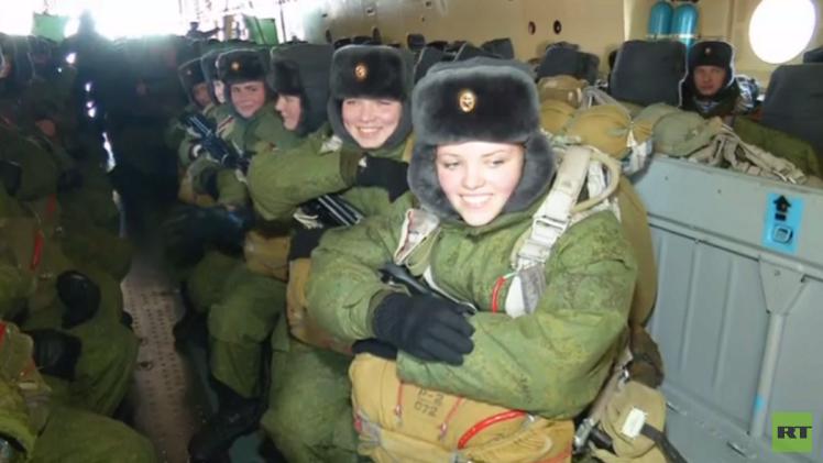 روسيا.. قفز مظلي لطالبات كلية الصاعقة من طائرة نقل استراتيجية  (فيديو)