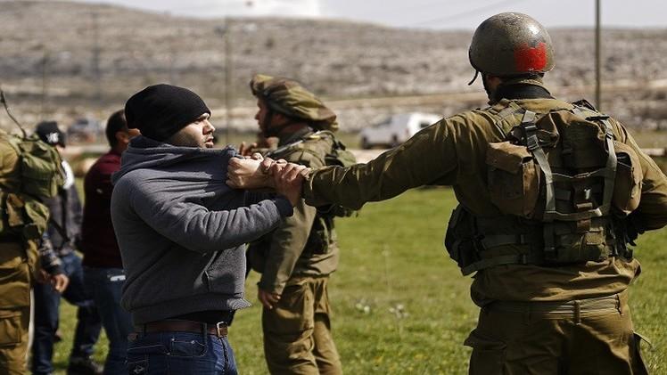 إسرائيل تعتقل 18 فلسطينيا من أسرة واحدة