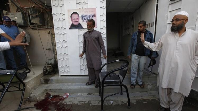 مداهمة الأمن لمقر حزب سياسي في كراتشي وأنباء عن مقتل أحد أعضائه