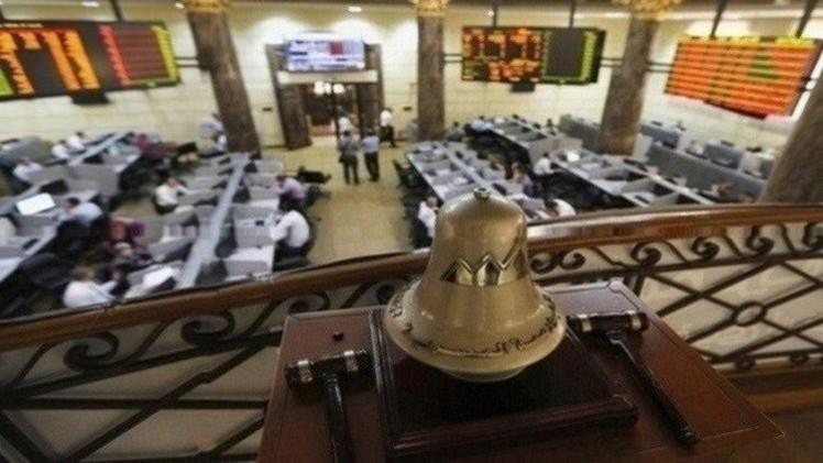 المؤشرات المصرية تتراجع بفعل مبيعات المؤسسات