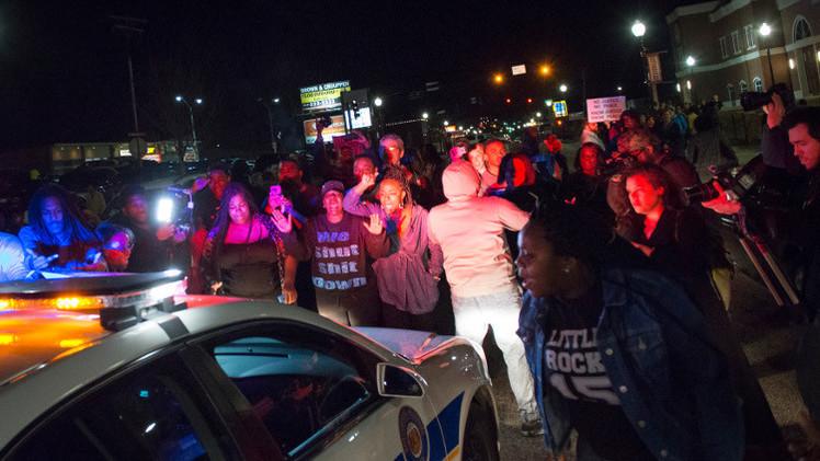 بالفيديو.. إصابة شرطيين بأعمال عنف في فيرغسون الأمريكية