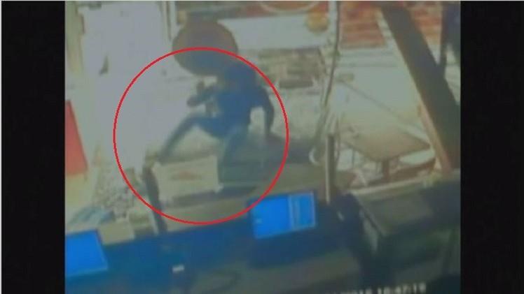 فيديو.. سيارة تخترق واجهة محل بامرأة على غطاء محركها