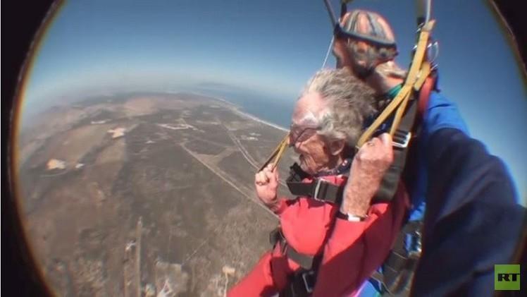 عجوز تحتفل بعيد ميلادها الـ100بقفزة مظلية (فيديو)