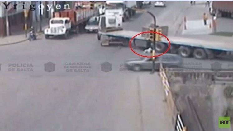 (فيديو) شاحنة ضخمة تعبر فوق امرأة سعيدة الحظ