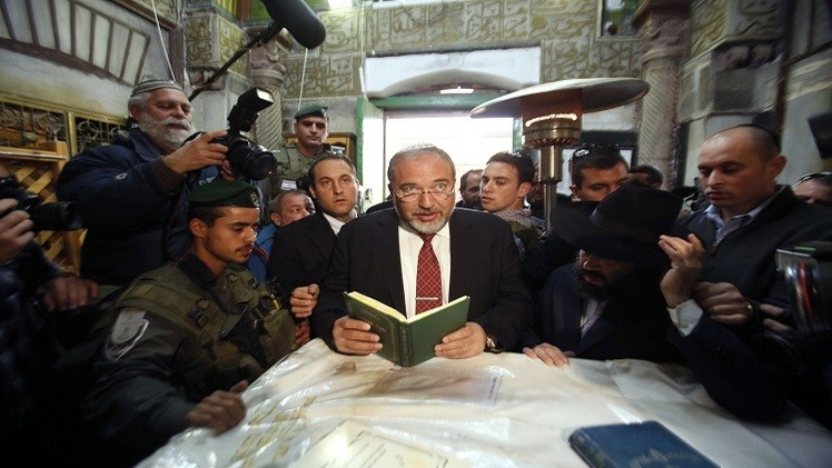 ليبرمان يتخذ الحرم الإبراهيمي منبرا لدعايته الانتخابية