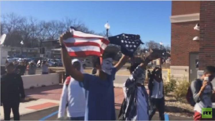 متظاهرو فيرغسون يمزقون العلم الأمريكي (فيديو)
