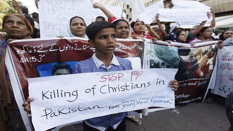 باكستان.. قتيلان في مظاهرات للمسيحيين إثر تفجيرين استهدفا كنيستين (فيديو)