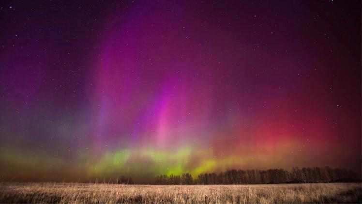 بعد العاصفة الشمسية.. موسكو تشهد أضواء الشفق القطبي المتجه جنوباً