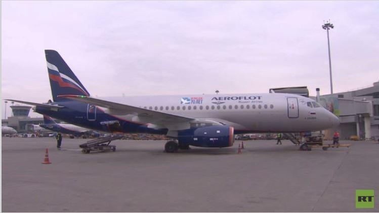 طائرة برموز عيد النصر تحلق في سماء موسكو (فيديو)