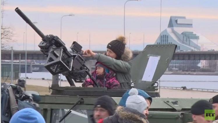 فيديو.. وصول المدرعات الأمريكية إلى لاتفيا