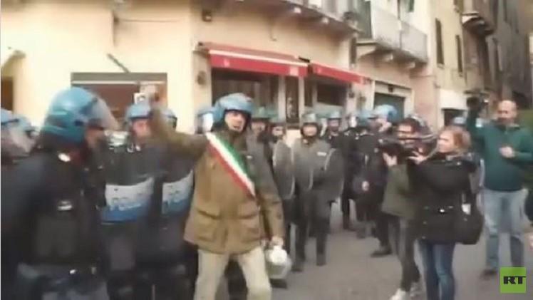 إيطاليا.. اشتباكات بين الشرطة ومتضامنين مع المهاجرين (فيديو)