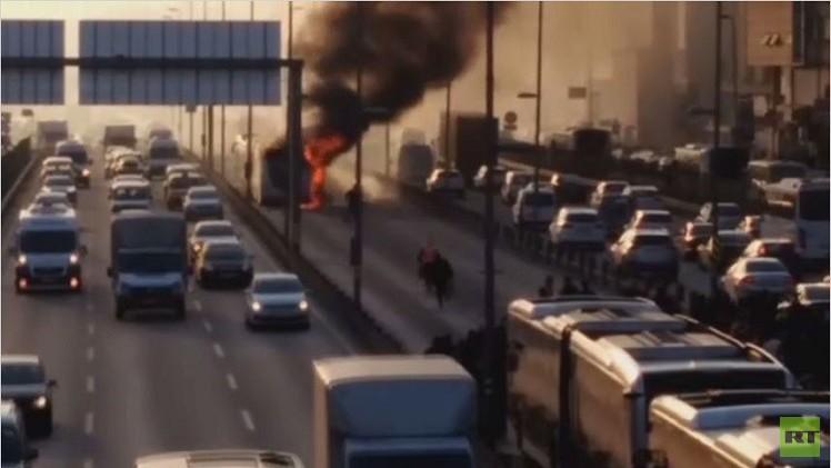 النيران تلتهم حافلة بشوارع اسطنبول (فيديو)