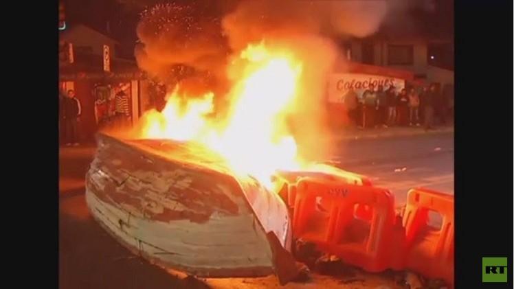 تشيلي.. صيادون يحرقون قوارب احتجاجا على تشريع يمنح أفضلية لشركات صيد الأسماك الكبيرة (فيديو)
