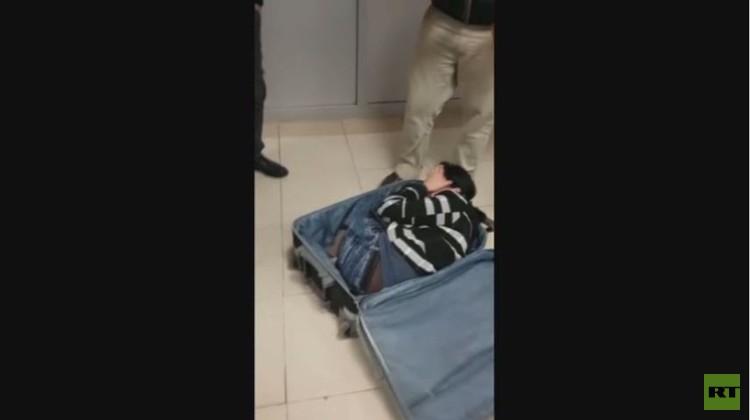 حقيبة سفر مخالفة.. تحمل بداخلها انسانا كاملا (فيديو)
