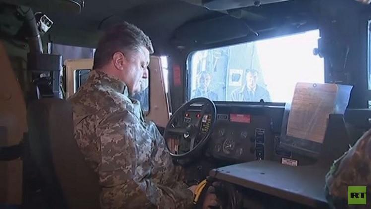بوروشينكو يستقبل المجموعة الأولى من السيارات العسكرية الأمريكية في المطار (فيديو)