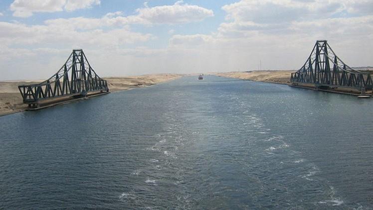 4 بوارج حربية مصرية تعبر قناة السويس متجهة إلى اليمن